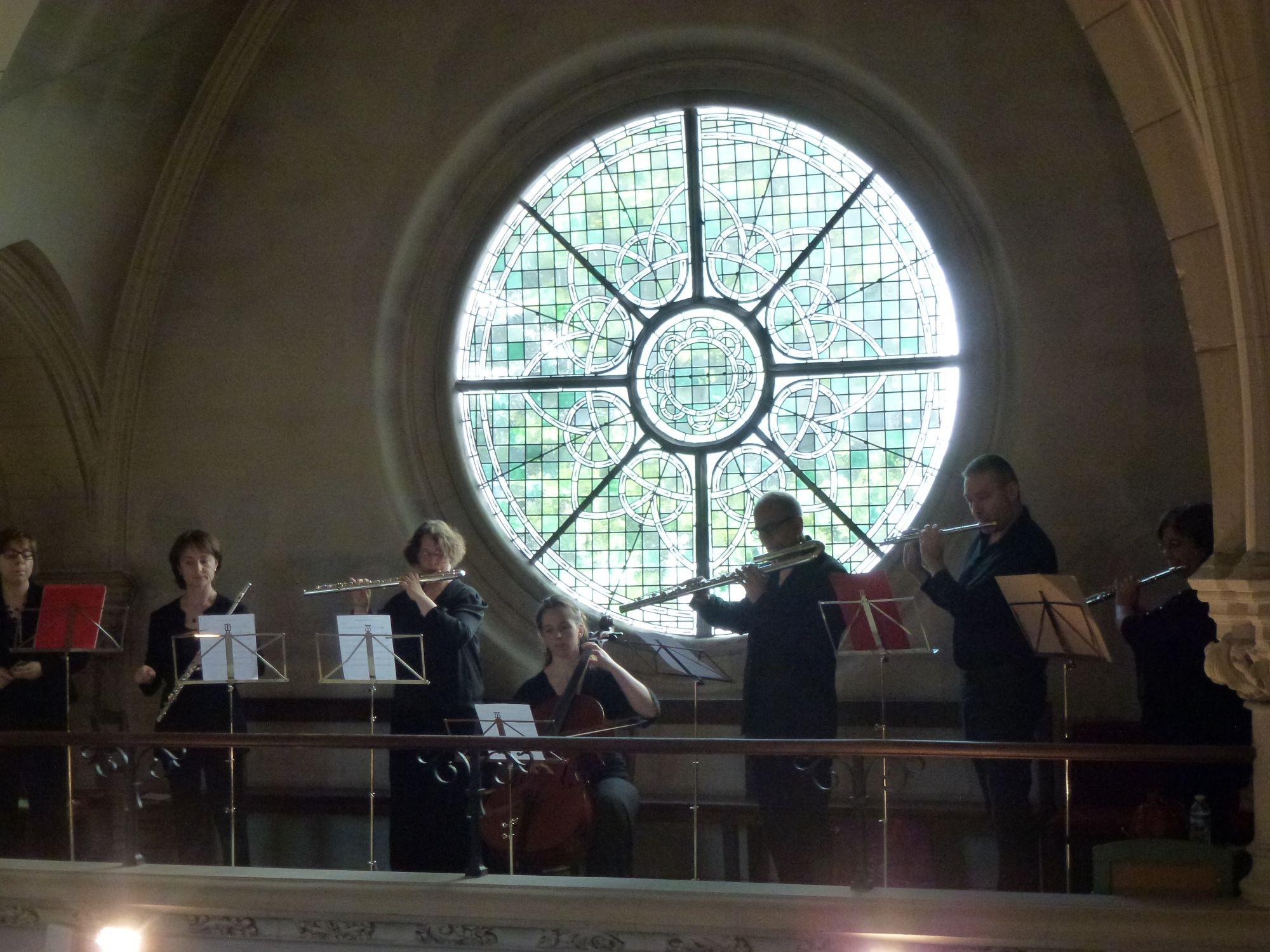 De la galerie les musiciens accompagnent le double chœur
