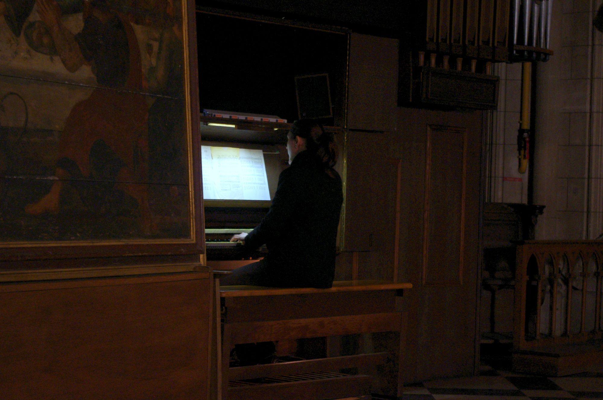 Delphine Lherbier à l'orgue