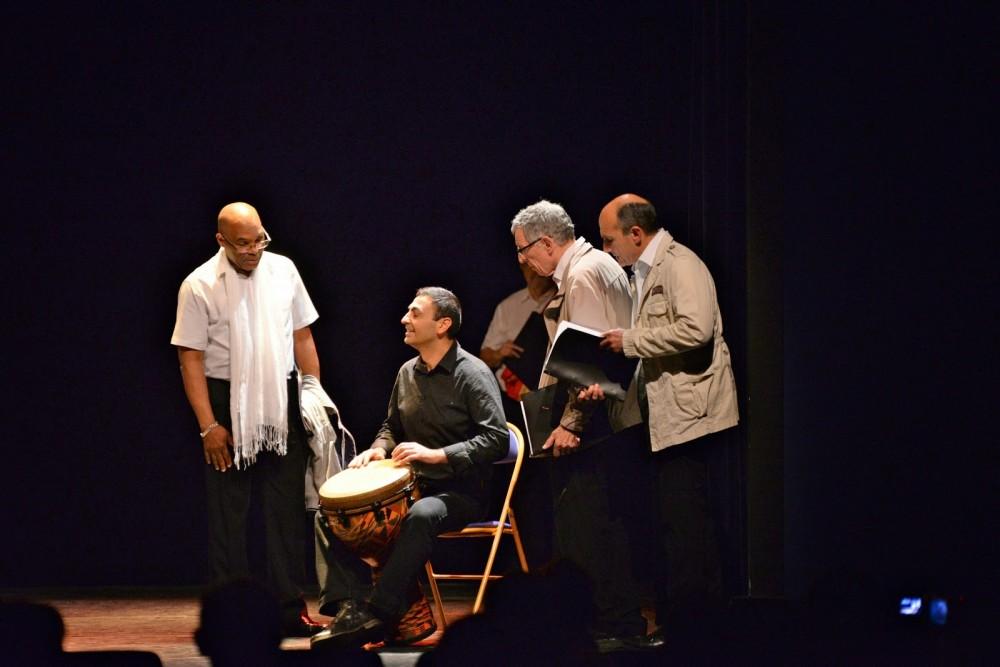 Ercan Dursun accompagne les chants africains au djembé